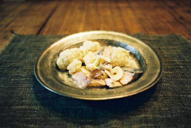 カリフラワーと鮭のバター蒸し焼き