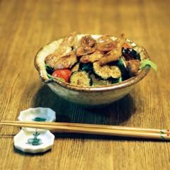 豚肉と夏野菜のバターじょうゆ丼