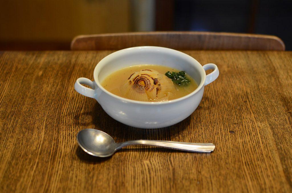 まるごと玉ねぎのスープ