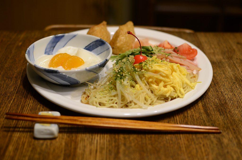 冷麺とおいなりさん、杏仁豆腐のセット